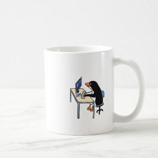 administrador de sistema del tux del pingüino taza clásica