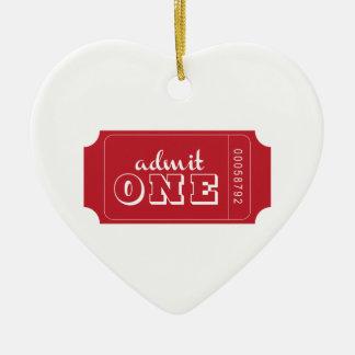 Admita uno adorno navideño de cerámica en forma de corazón