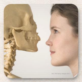 Adolescente con el esqueleto posavasos