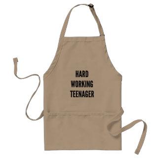 Adolescente de trabajo duro delantal
