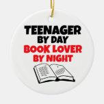 Adolescente del aficionado a los libros del día po adorno de navidad