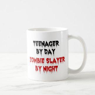 Adolescente del asesino del zombi del día por taza básica blanca