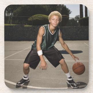 Adolescente en la cancha de básquet posavasos de bebida