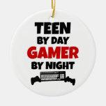 Adolescente por videojugador del día por noche ornamente de reyes