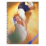 Adolescente que juega a voleibol libreta espiral
