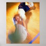 Adolescente que juega a voleibol poster
