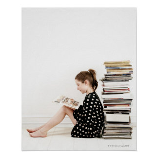 Adolescente que lee la historieta por la pila de póster