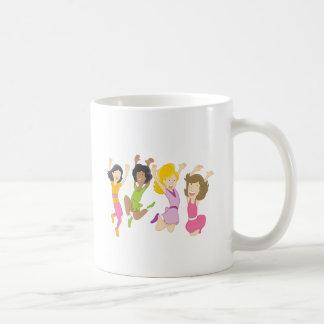 Adolescentes felices que saltan el dibujo animado taza de café