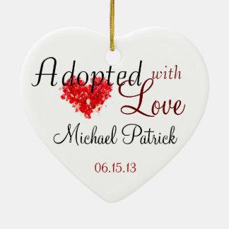 Adoptado con el ornamento de la adopción del amor adorno navideño de cerámica en forma de corazón