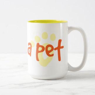 Adopte a un mascota del refugio taza de dos tonos