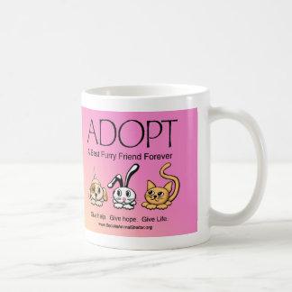 Adopte a un mejor amigo peludo para siempre taza básica blanca