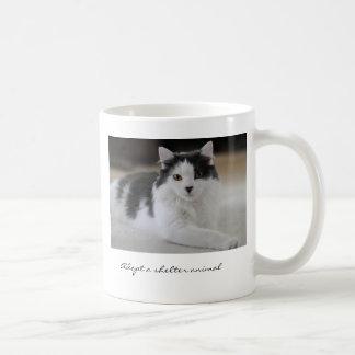 Adopte un animal del refugio taza de café