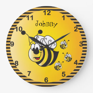 Adorables lindos manosean abejas con un amarillo reloj redondo grande