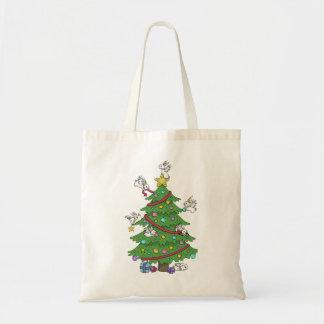 Adornamiento del árbol con el bolso de los bolsas