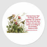 Adorno de la abeja del 8:28 de los romanos etiquetas redondas