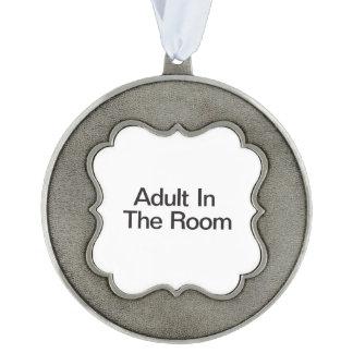 Adulto en el cuarto adorno ondulado de peltre