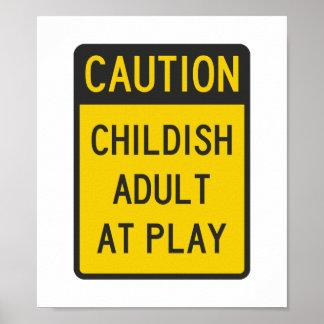Adulto infantil de la precaución en el juego impresiones
