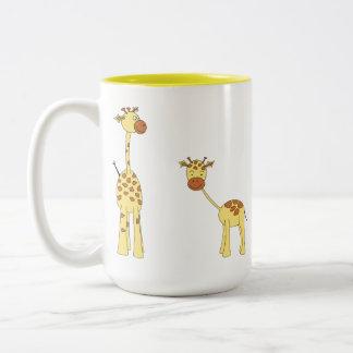 Adulto y jirafa del bebé. Dibujo animado Taza Dos Tonos
