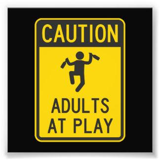 Adultos de la precaución en el juego arte con fotos