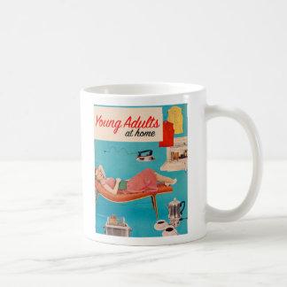 Adultos jovenes de los suburbios retros del kitsch taza de café