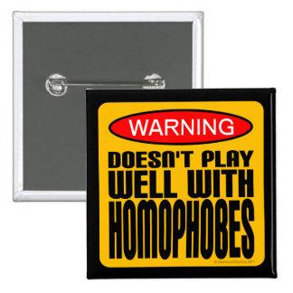Advertencia: No juega bien con Homophobes Pin Cuadrado