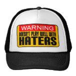 Advertencia: No juega bien con los enemigos Gorras De Camionero