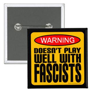 Advertencia: No juega bien con los fascistas Pin Cuadrado