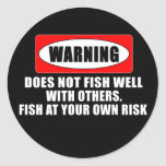 ¡Advertencia! ¡No pesca bien con otros! - Pegatinas Redondas