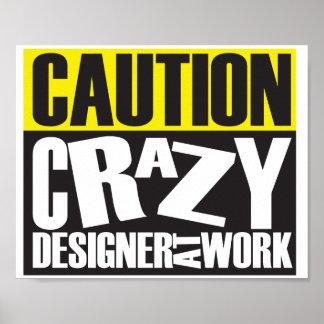 Advierta al diseñador loco en la muestra del póster