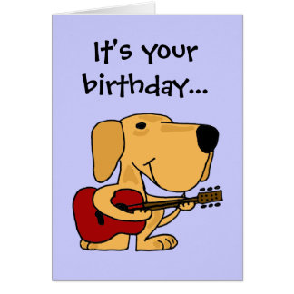 AE perro que juega la tarjeta del feliz cumpleaños