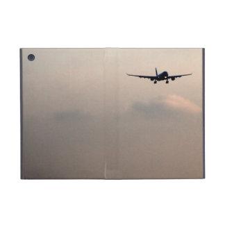 Aeroplano ausente que vuela para arriba en el ciel iPad mini fundas