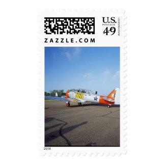 Aeroplano de AT-6 SNJ Harvard en el campo de Sello
