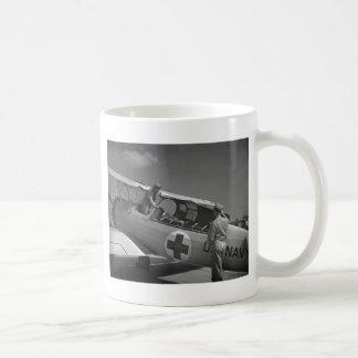 Aeroplano de la Cruz Roja WW2 Tazas De Café