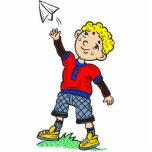 Aeroplano de papel que vuela del muchacho escultura fotográfica