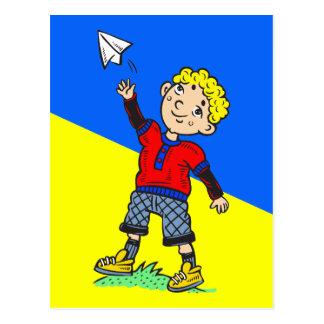 Aeroplano de papel que vuela del muchacho tarjetas postales