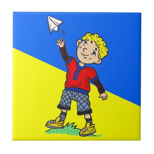 Aeroplano de papel que vuela del muchacho teja