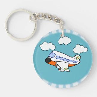 Aeroplano del dibujo animado en nubes con respland llavero redondo acrílico a una cara