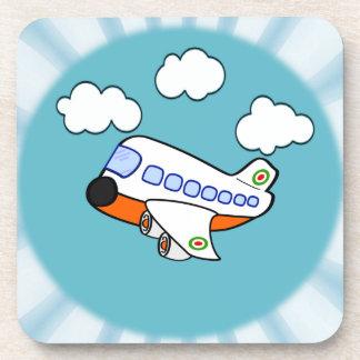 Aeroplano del dibujo animado en nubes con respland posavasos de bebida