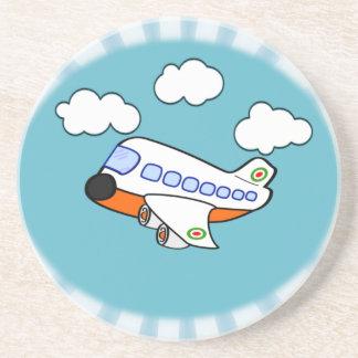Aeroplano del dibujo animado en nubes con respland posavasos de arenisca