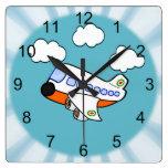 Aeroplano del dibujo animado en nubes con respland reloj de pared