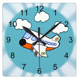 Aeroplano del dibujo animado en nubes con respland reloj cuadrado