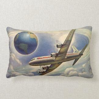 Aeroplano del vintage que vuela en todo el mundo almohada
