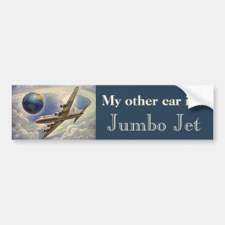 Aeroplano del vintage que vuela en todo el mundo e etiqueta de parachoque