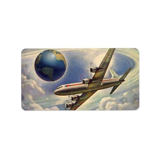 Aeroplano del vintage que vuela en todo el mundo e etiquetas de dirección