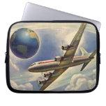Aeroplano del vintage que vuela en todo el mundo e funda ordendadores