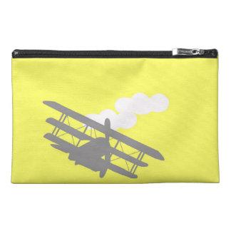 Aeroplano en fondo amarillo llano
