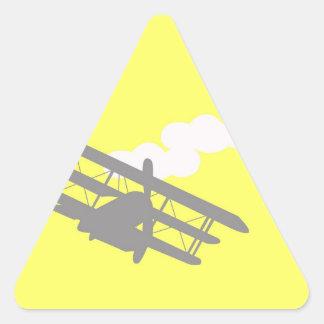 Aeroplano en fondo amarillo llano pegatina triangulo