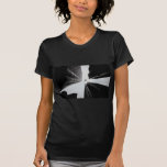 Aeroplano en paisaje urbano vertical camiseta