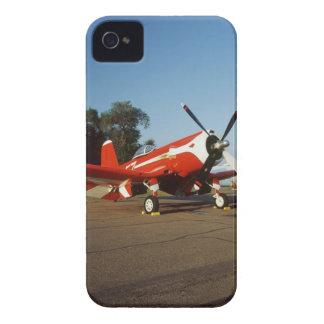 Aeroplano estupendo del corsario de F2G-1D en un iPhone 4 Case-Mate Carcasa