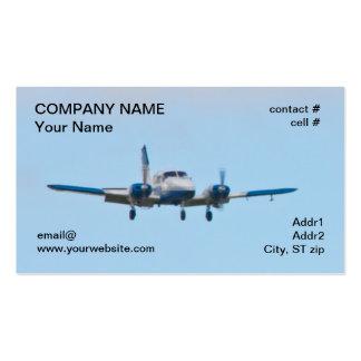 Aeroplano gemelo en acercamiento de aterrizaje plantilla de tarjeta de visita